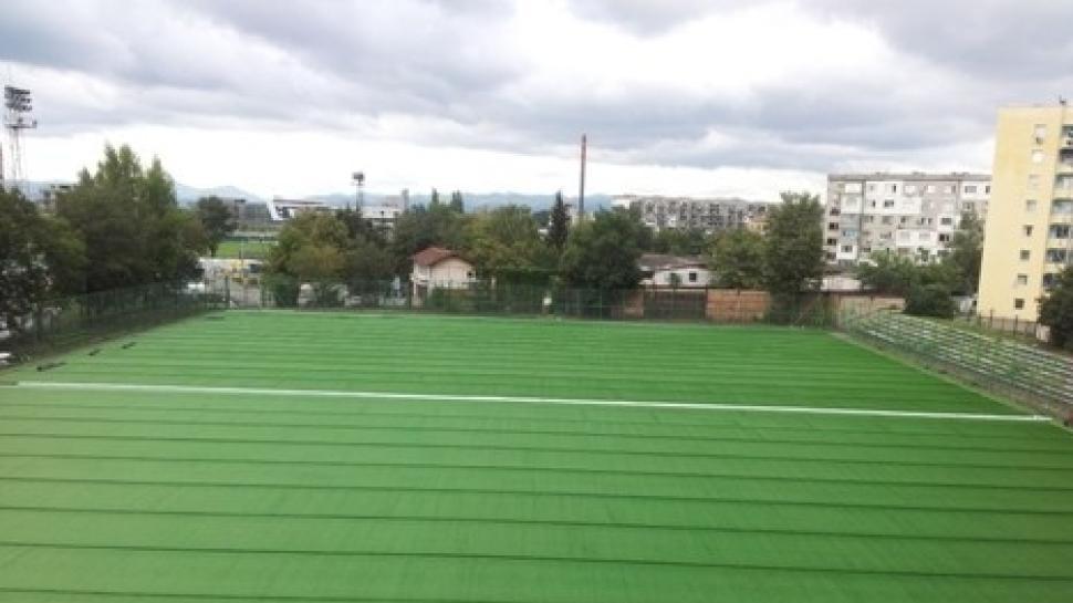 Започна поставянето на новата изкуствена тревна настилка