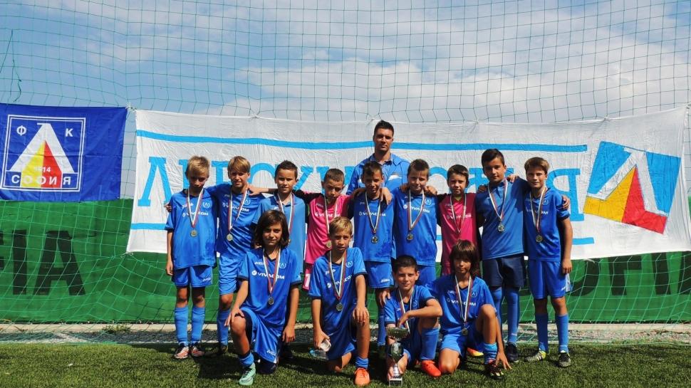 Децата на ЛЕВСКИ с купа от международен турнир